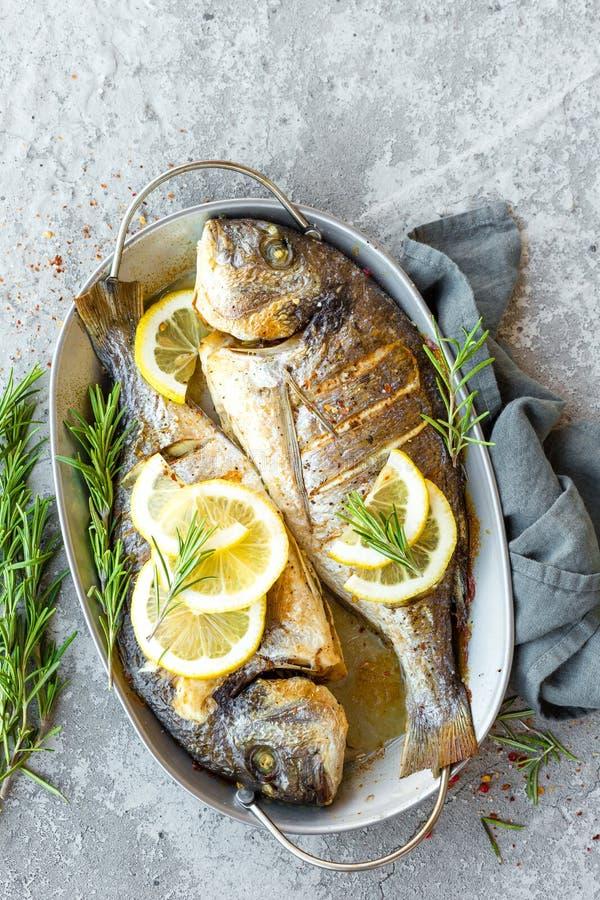 Bakad fisk Dorado Havsbraxen eller grillad doradafisk fotografering för bildbyråer