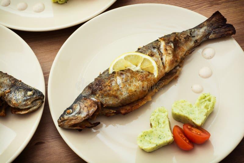Bakad fisk med två hjärtor royaltyfria foton