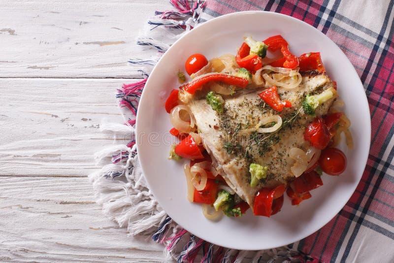 Bakad flundra med säsongsbetonade grönsaker horisontalbästa sikt royaltyfria bilder