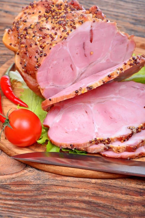 Bakad griskötthals, tomater, peppar, vitlök fotografering för bildbyråer