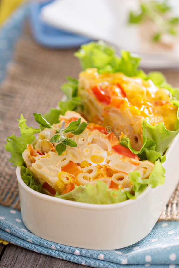Bakad pasta med ägget och grönsaker royaltyfri bild
