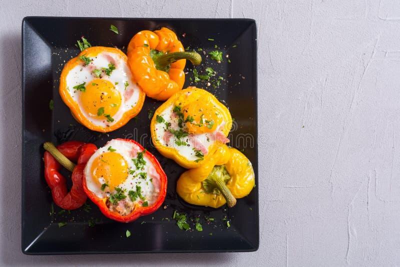Bakad peppar som stoppas med bacon och ägg fotografering för bildbyråer