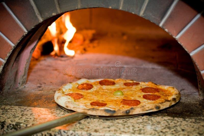 bakad pizza arkivfoton