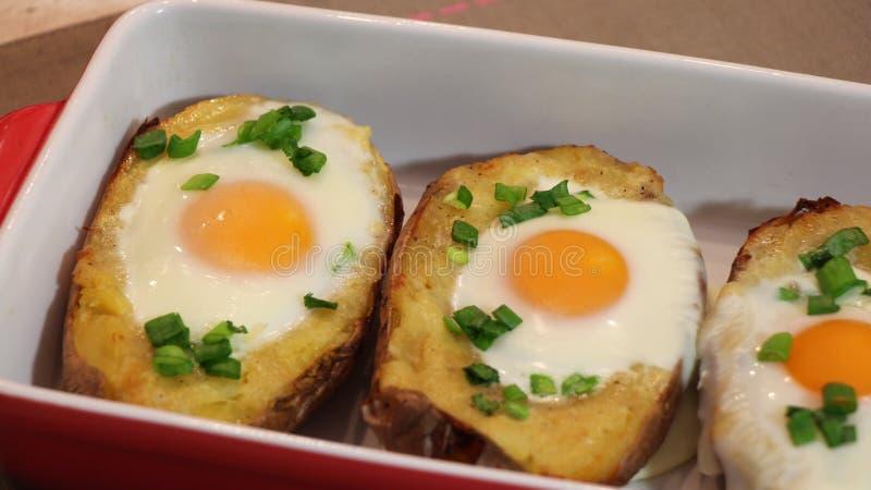 bakad potatis två gånger arkivfoton
