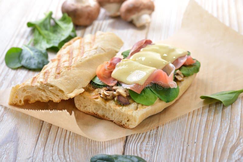 Bakad smörgås med serranoskinka arkivfoto