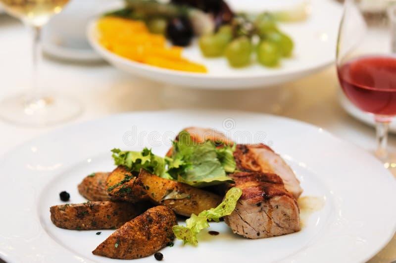 bakad smaklig meatpotatis arkivbild