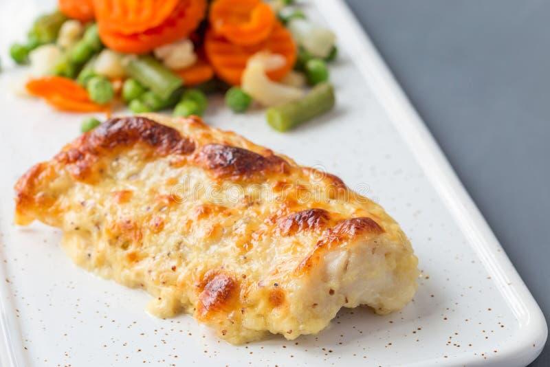 Bakad torskfiskfilé under ost-, senap-, peppar- och krämCR royaltyfria foton