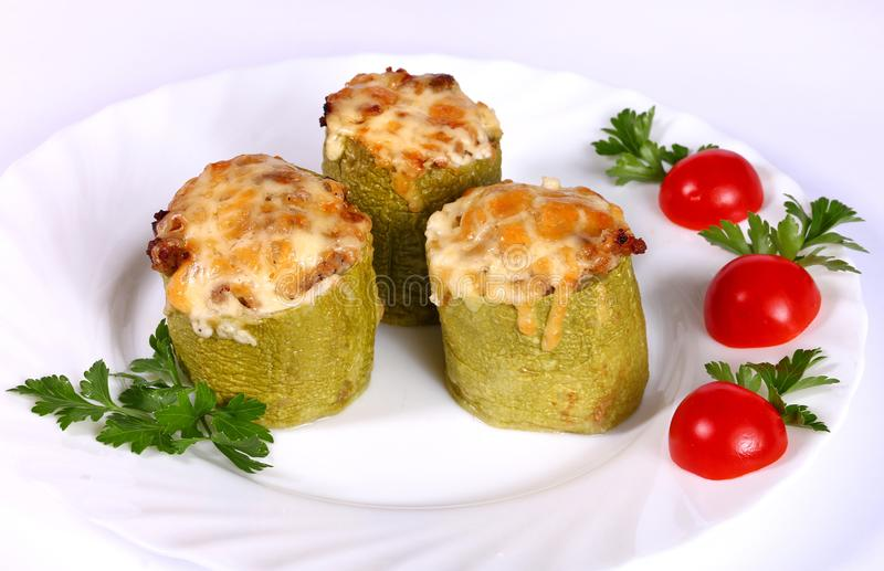 Bakad zucchini som fylls med grönsaker royaltyfri fotografi