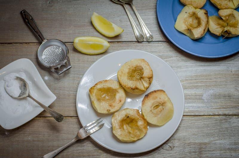 bakade äpplen royaltyfria bilder