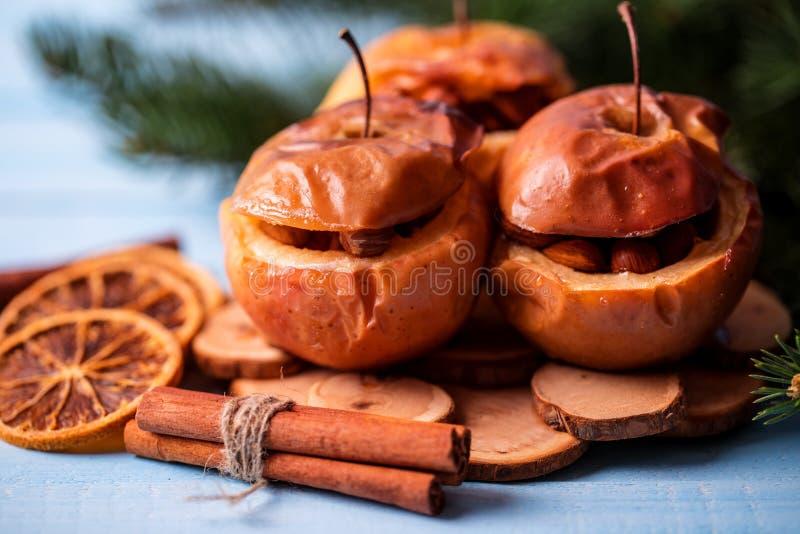 Bakade äpplen med kanel på lantlig bakgrund Höst- eller vinterefterrätt Closeupfoto av smakliga bakade äpplen med jul de royaltyfria bilder