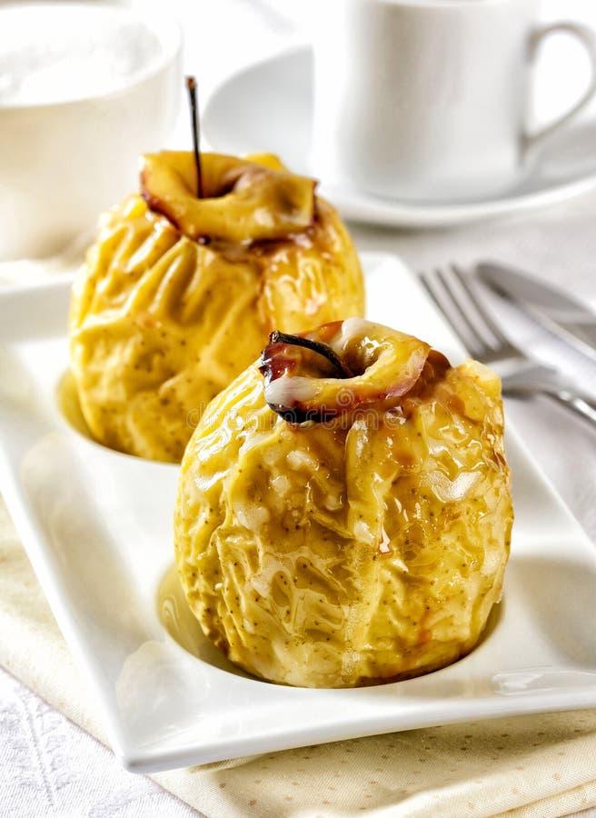 Bakade äpplen som är varma från ugnen royaltyfri bild