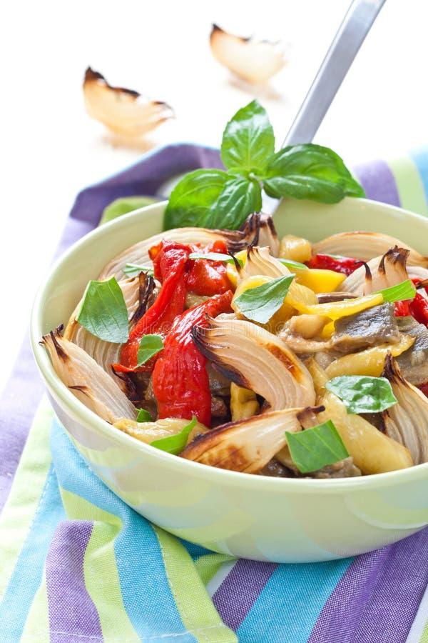 bakade färgrika gjorda salladgrönsaker arkivfoto