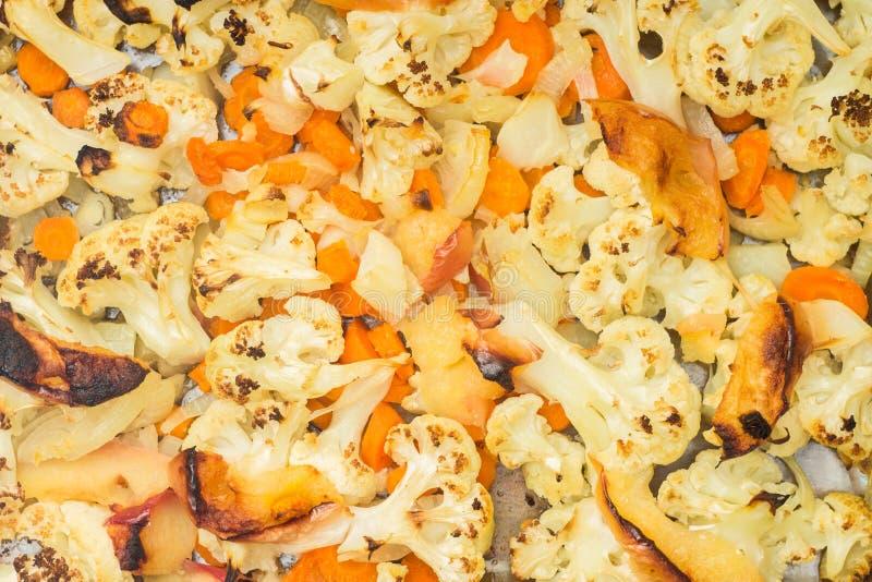 Bakade grönsaker i bakplåt royaltyfria foton