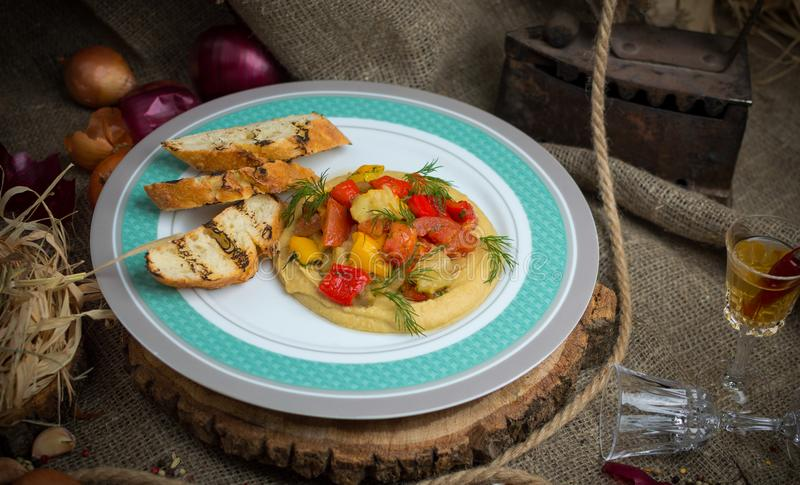 Bakade grönsaker med krutonger royaltyfri fotografi