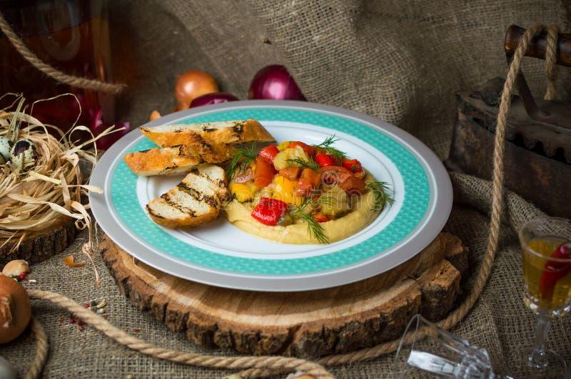 Bakade grönsaker med krutonger arkivbild