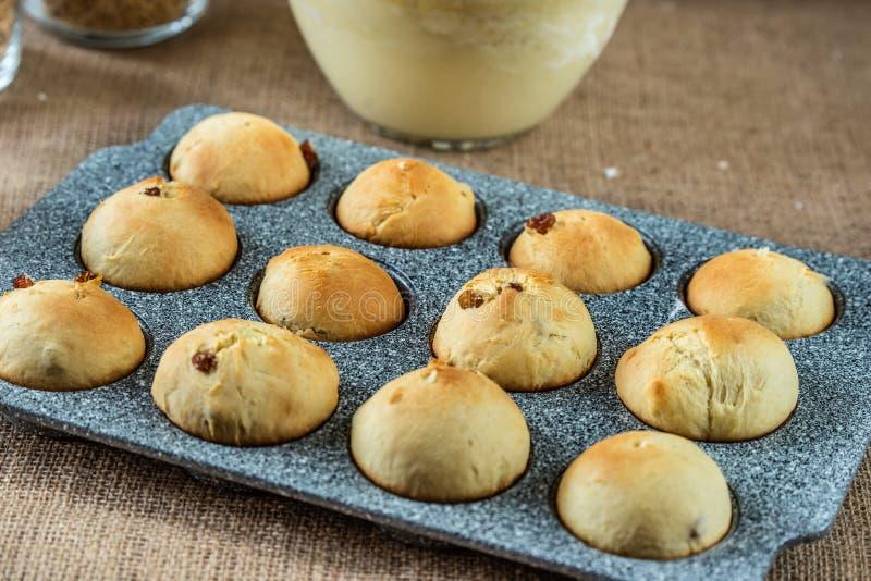 Bakade muffin, i att baka matr?tten royaltyfria bilder