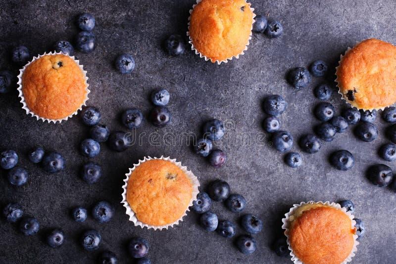 Bakade muffin och nya mogna blåbär fotografering för bildbyråer