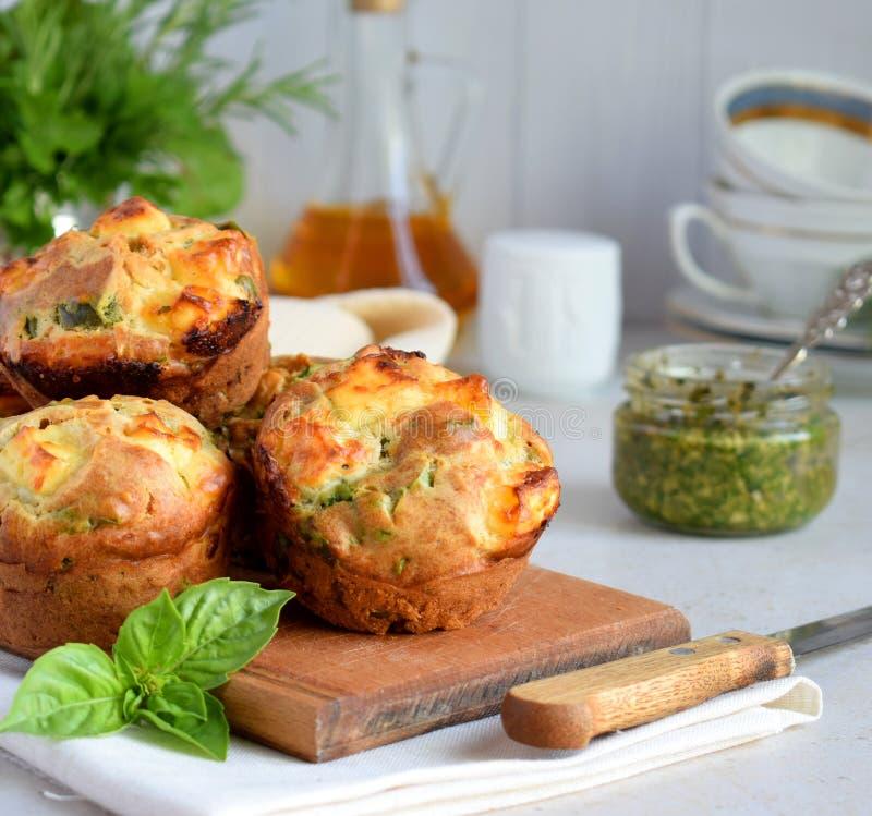 Bakade nytt muffin med spenat, sötpotatisar och fetaost på vit bakgrund sund begreppsmat Välsmakande bakelse royaltyfri bild