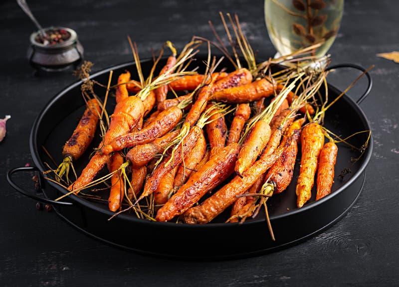 Bakade organiska morötter med timjan, honung och citron royaltyfri foto