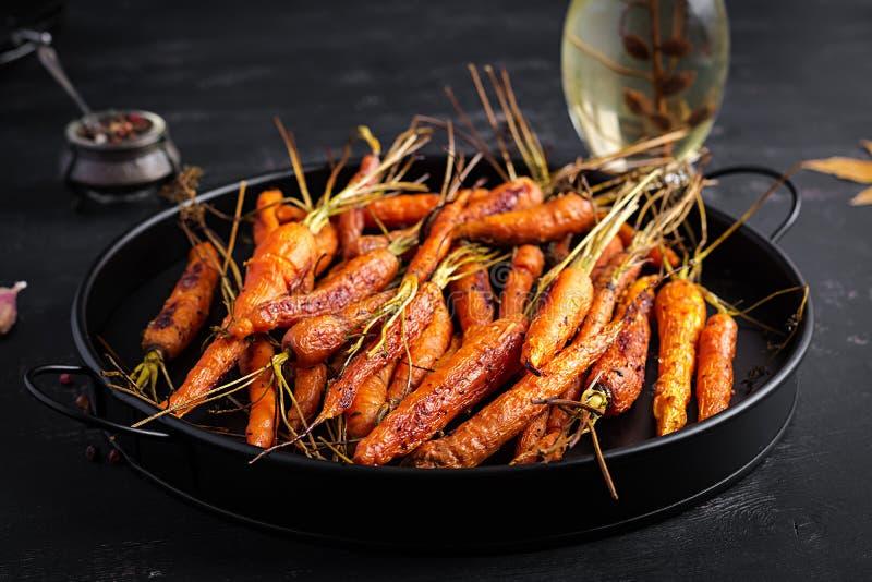 Bakade organiska morötter med timjan, honung och citron royaltyfria foton