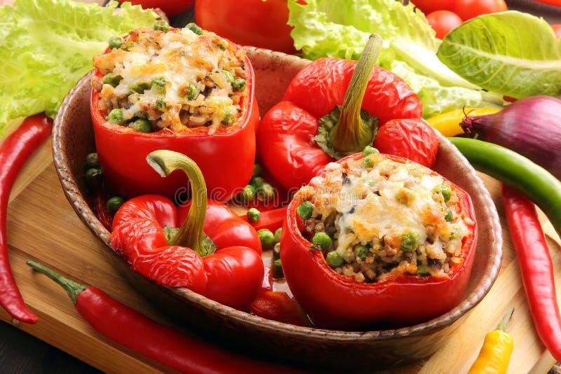 Bakade peppar som är välfyllda med köttris och grönsaker royaltyfria foton
