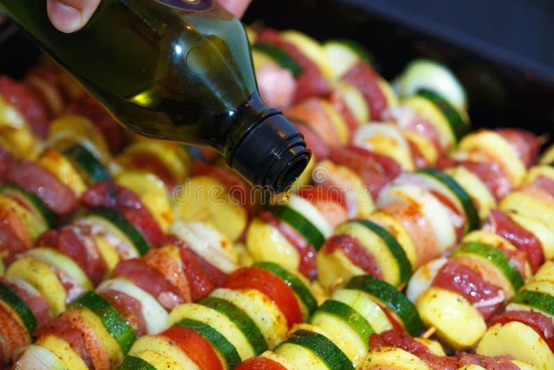 Bakade potatisar för grillfest och grönsak ett kött och en man räcker fotografering för bildbyråer
