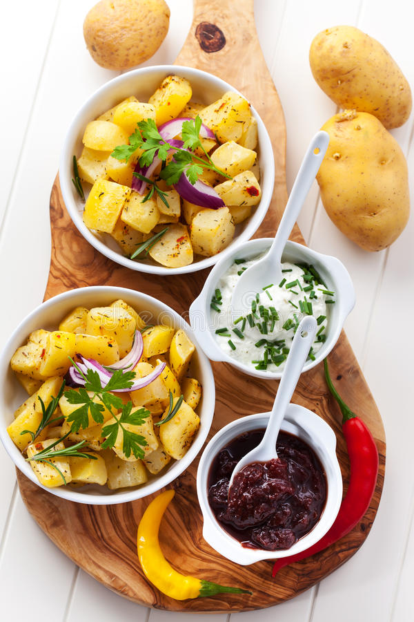 Bakade potatisar med chutney och gräddfil fotografering för bildbyråer