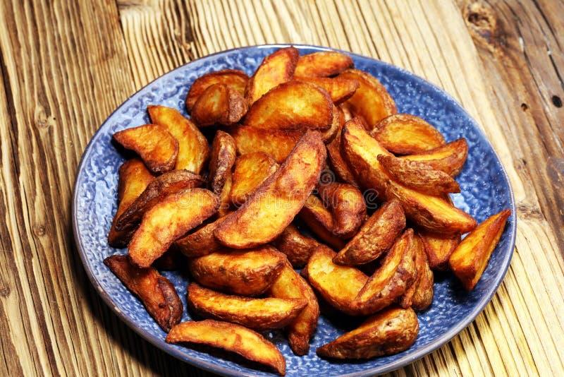 bakade potatiswedges kilar den vegetariska potatisen för den hemlagade organiska grönsakstrikt vegetarian mellanmålmat arkivfoton