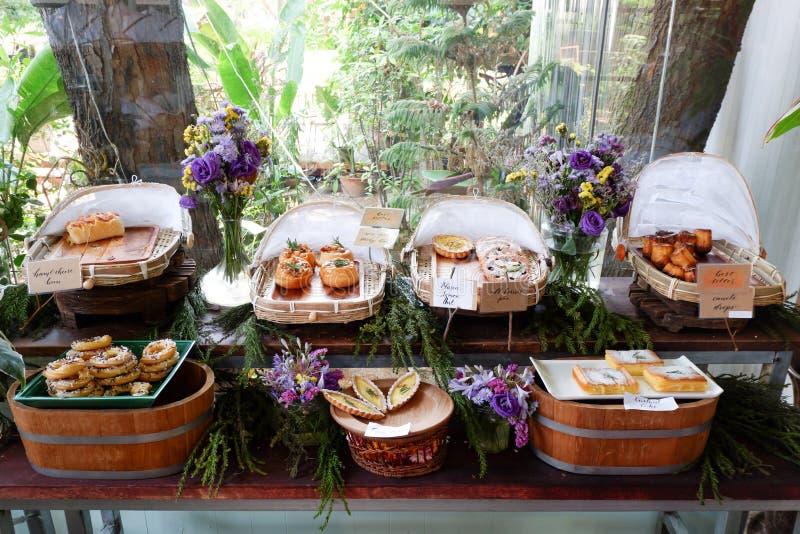 Bakade produkter på ett bageri royaltyfria bilder