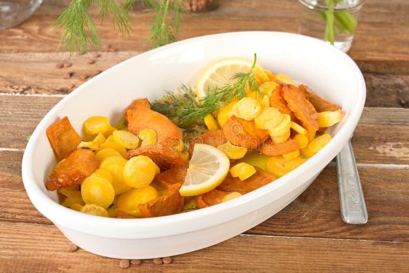 Bakade sötpotatis och morötter arkivfoto