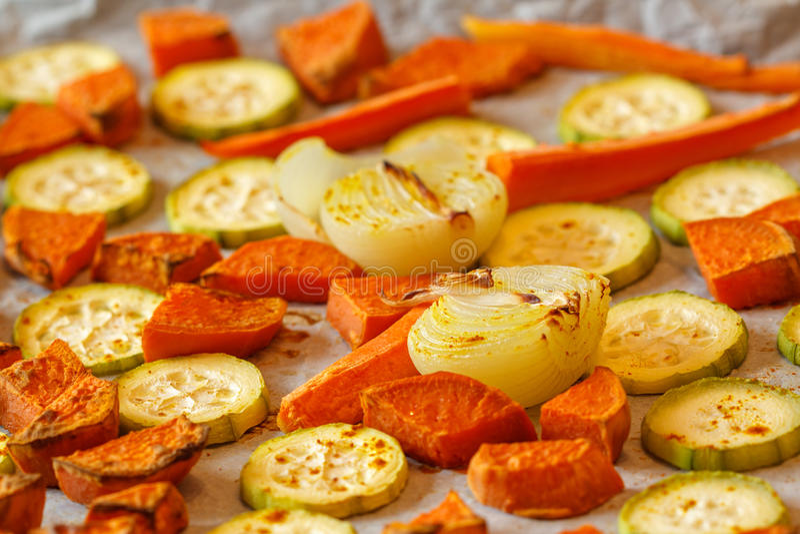 Bakade sötpotatis, zucchini och morötter royaltyfria foton