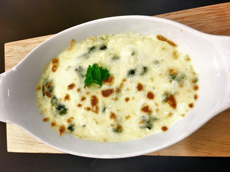Bakade spenat med ost på italiensk matstil för maträtt royaltyfri fotografi