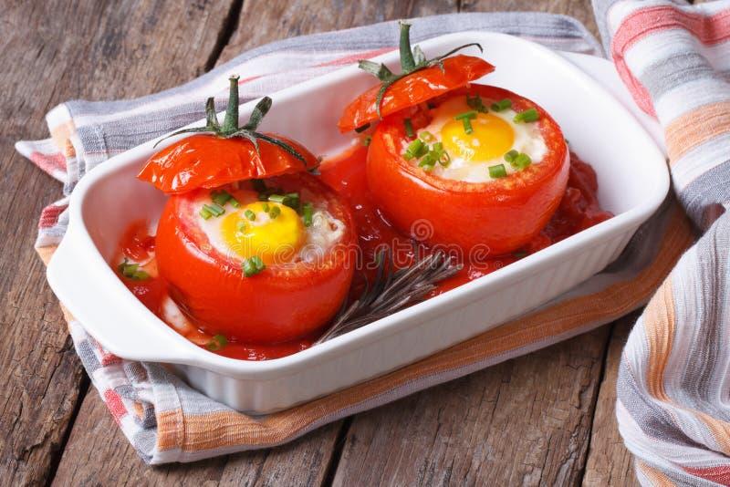 Bakade tomater som är välfyllda med ägget arkivbild