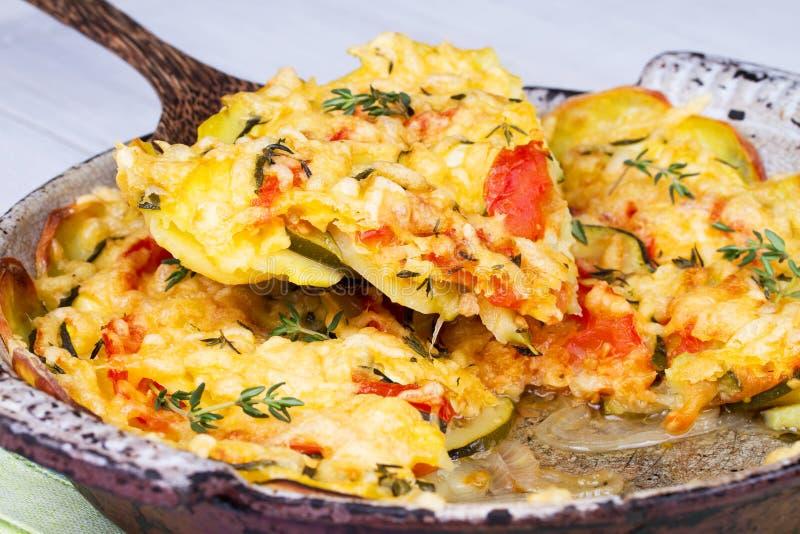 Bakade tomater, zucchini och potatisar med timjan och parmesan arkivfoto
