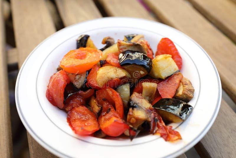 bakade vegetariska matplattagrönsaker royaltyfri fotografi