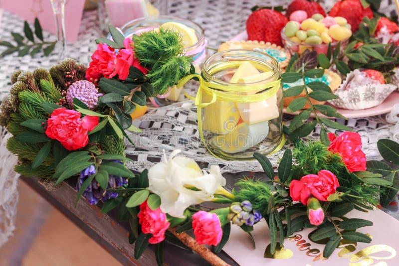 Bakar ihop capcakes och blommar royaltyfri fotografi