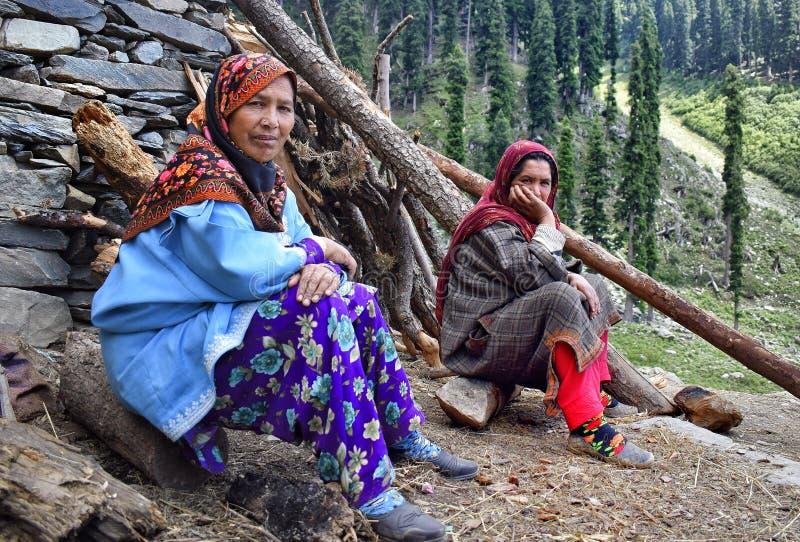 Bakarwal-Frauen nähern sich Bergen von margan Spitzen-Kaschmir lizenzfreie stockfotos