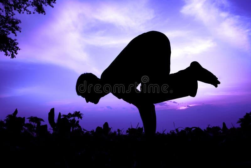 bakasana起重机姿势剪影瑜伽 库存图片