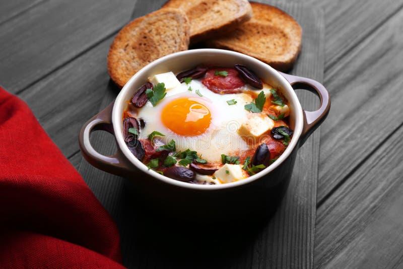 Bakat ägg i kruka royaltyfri bild