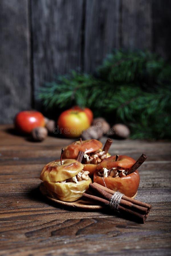 Bakat äpple med socker och muttrar royaltyfri fotografi