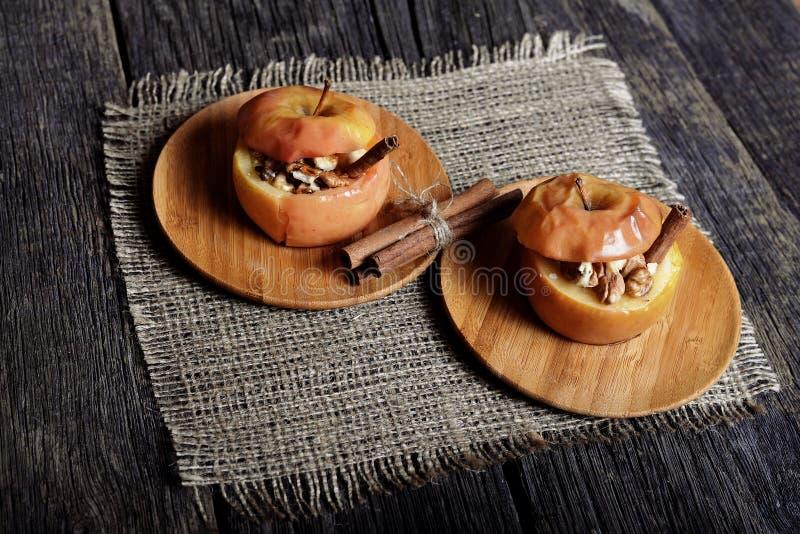 Bakat äpple med socker och muttrar royaltyfri foto