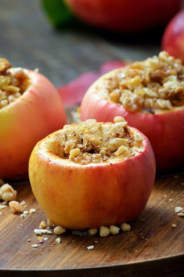 Bakat äpple som är välfyllt med granola och muttrar royaltyfri foto
