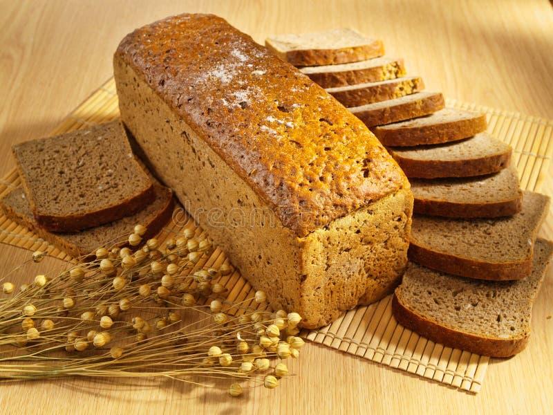 Download Bakat bröd table nytt fotografering för bildbyråer. Bild av gourmet - 19776763