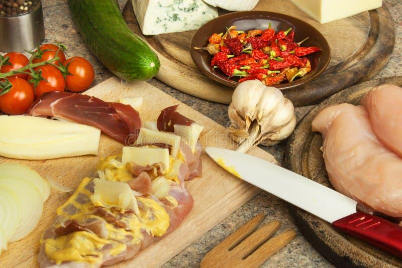 Bakat fegt bröst med ost, senap och grönsaker Att förbereda sig bantar mål fegt förbereda sig stekande royaltyfria foton