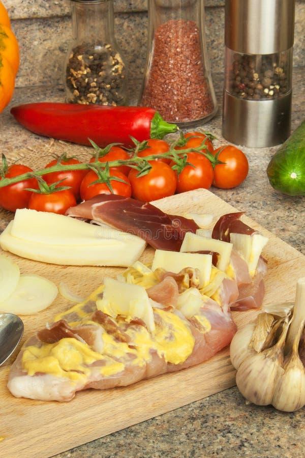 Bakat fegt bröst med ost, senap och grönsaker Att förbereda sig bantar mål fegt förbereda sig stekande royaltyfri bild