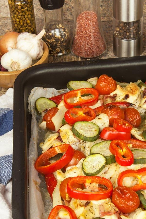 Bakat fegt bröst med ost, senap och grönsaker Att förbereda sig bantar mål fegt förbereda sig stekande arkivbild