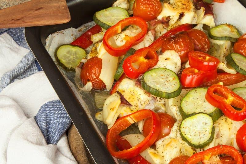 Bakat fegt bröst med ost, senap och grönsaker Att förbereda sig bantar mål fegt förbereda sig stekande arkivfoto