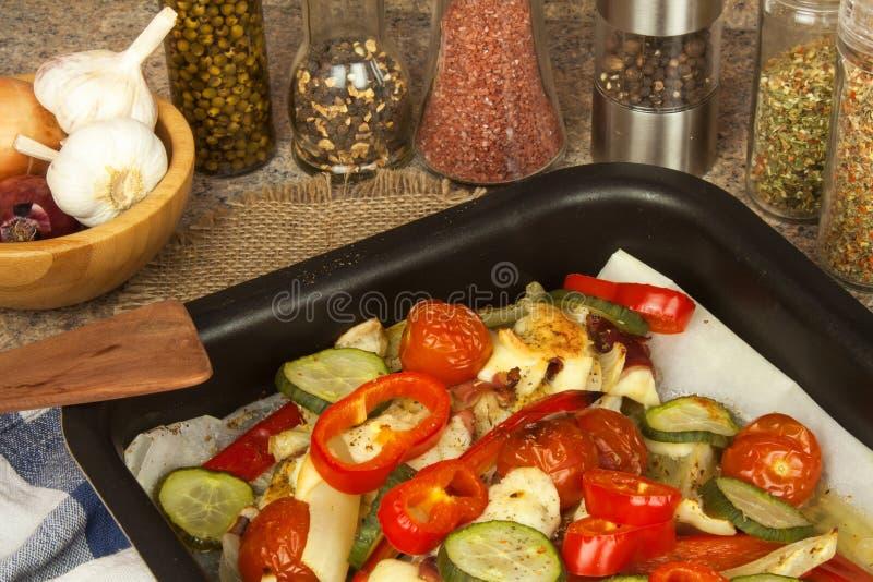 Bakat fegt bröst med ost, senap och grönsaker Att förbereda sig bantar mål fegt förbereda sig stekande fotografering för bildbyråer