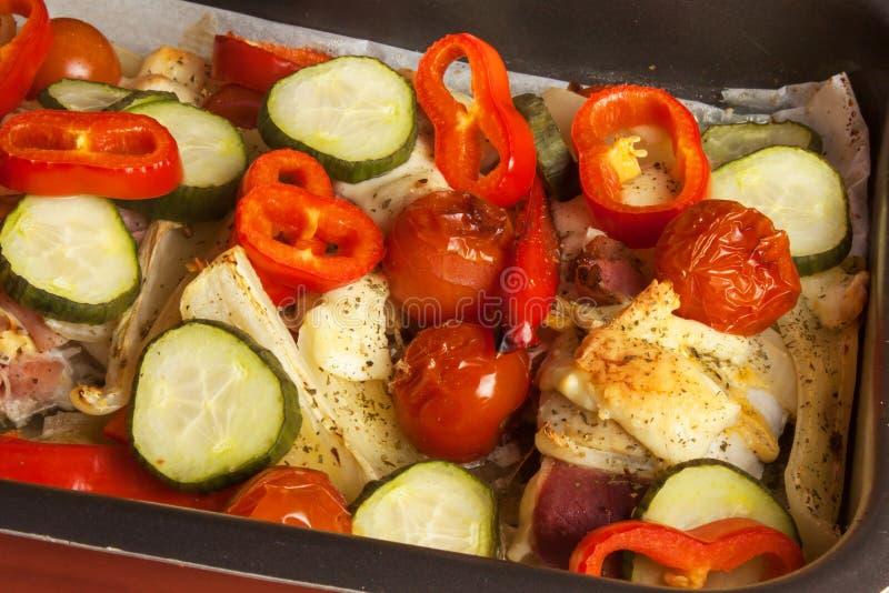 Bakat fegt bröst med ost, senap och grönsaker Att förbereda sig bantar mål fegt förbereda sig stekande royaltyfri fotografi