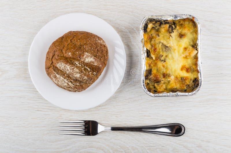 Bakat fegt kött med champinjonen, majonnäs i asken, bröd arkivbild